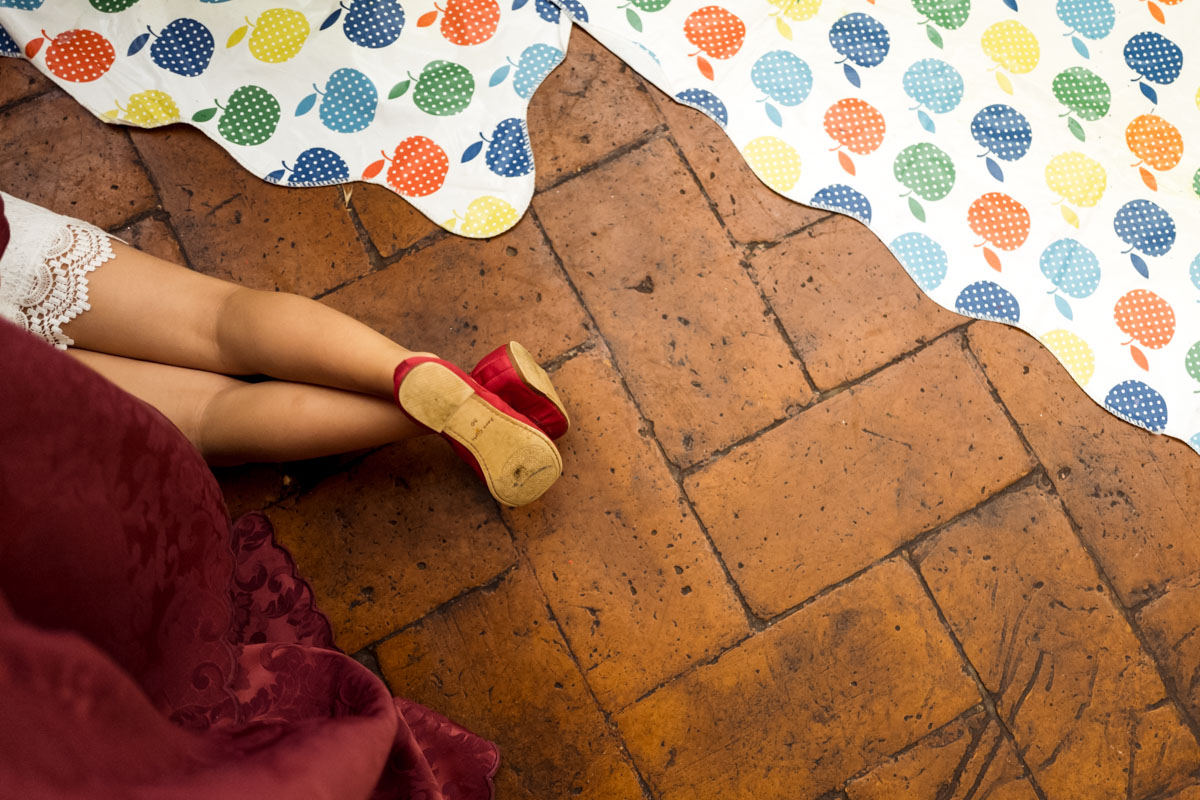 bimba che gioca pavimento intrattenimento bambini matrimonio nozze wedding reportage