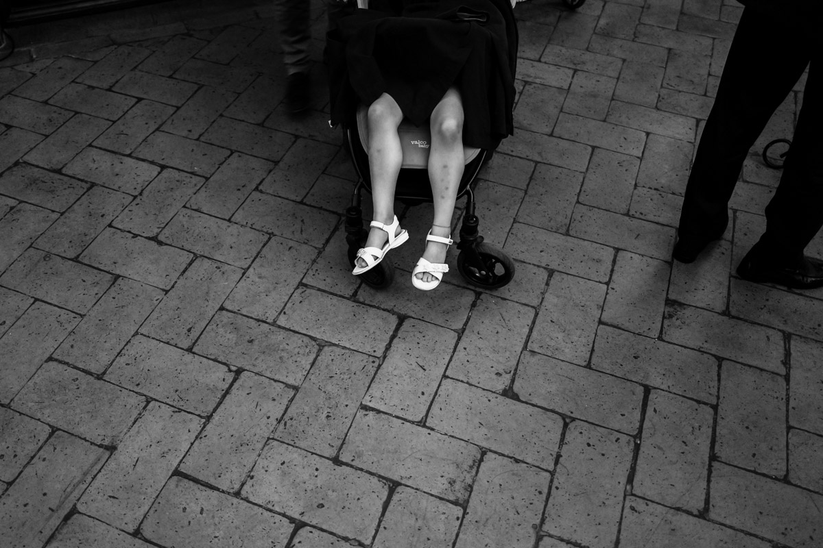 bambina stanca riposa passeggino matrimonio nozze wedding reportage