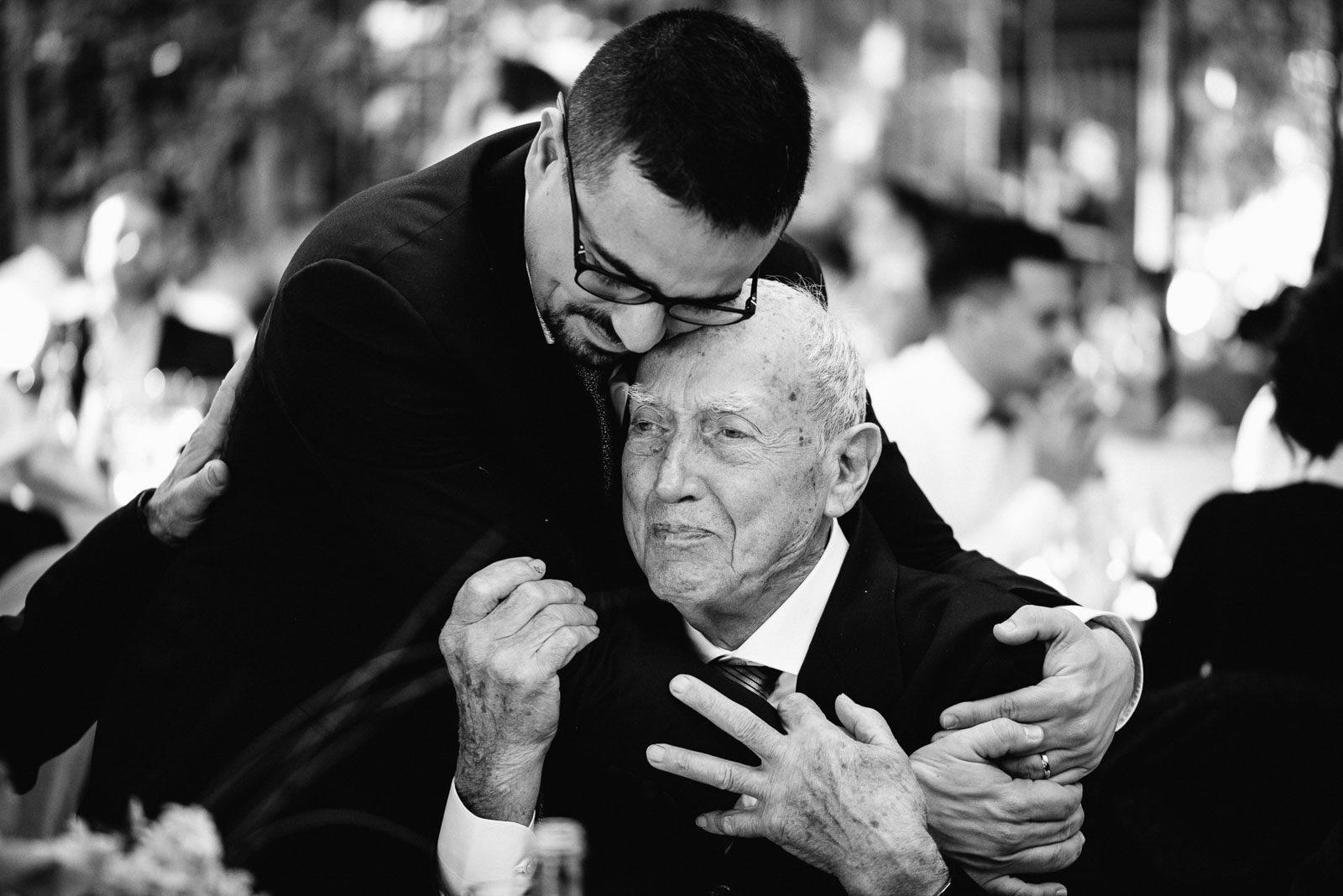 Lo sposo abbraccia suo padre. Max Allegritti, Fotografo Professionista di matrimonio a Milano e Monza chiara-e-macs-0011
