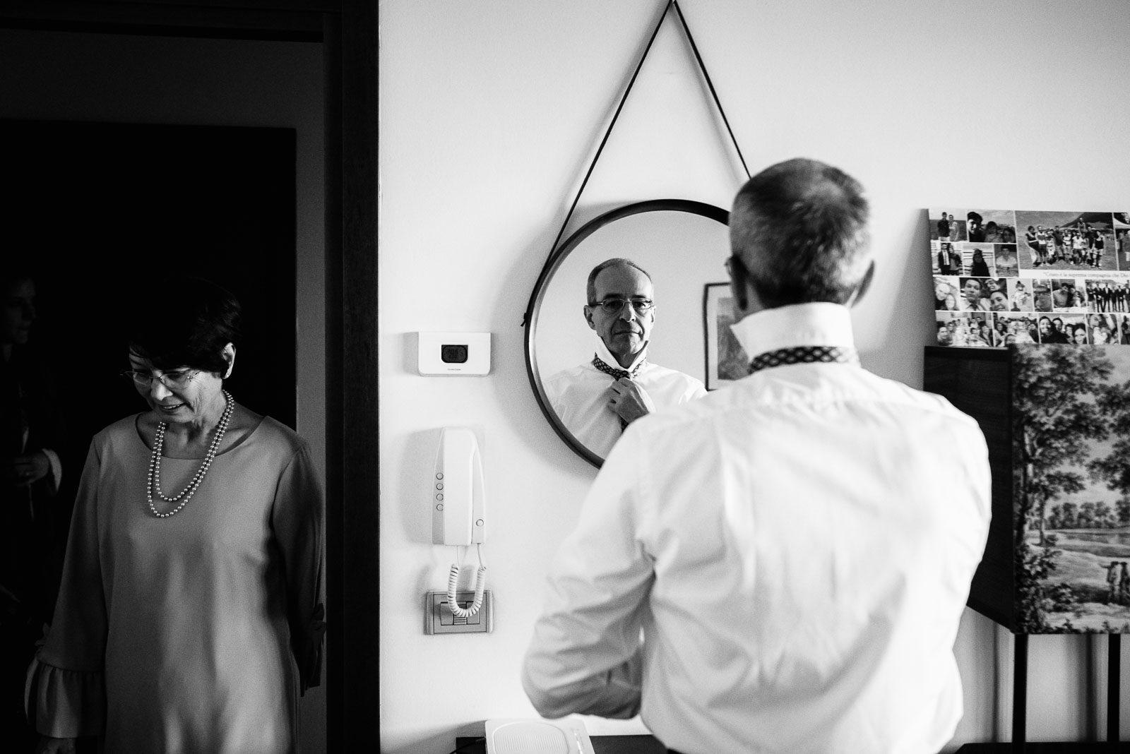 Padre della sposa riflesso nello specchio. Max Allegritti, Fotografo Professionista di matrimonio a Milano e Monza chiara-e-macs-0012