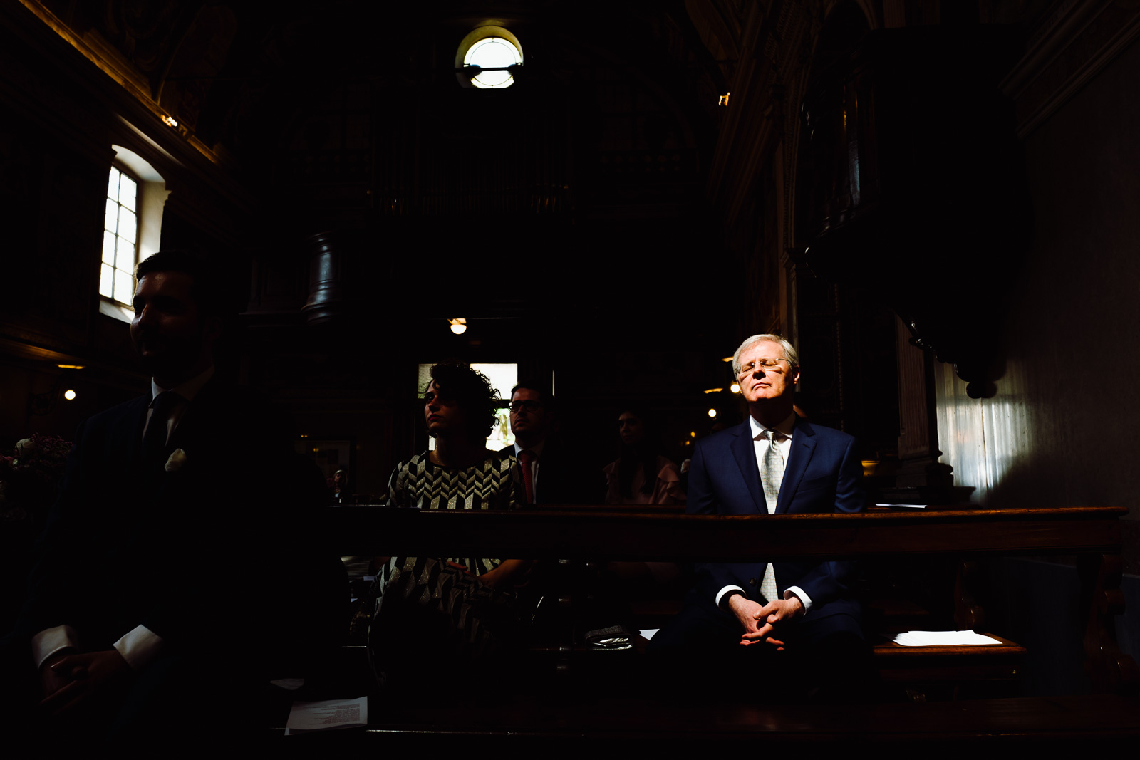 Il padre della sposa seduto in chiesa. Max Allegritti, Fotografo Professionista di matrimonio a Milano e Monza