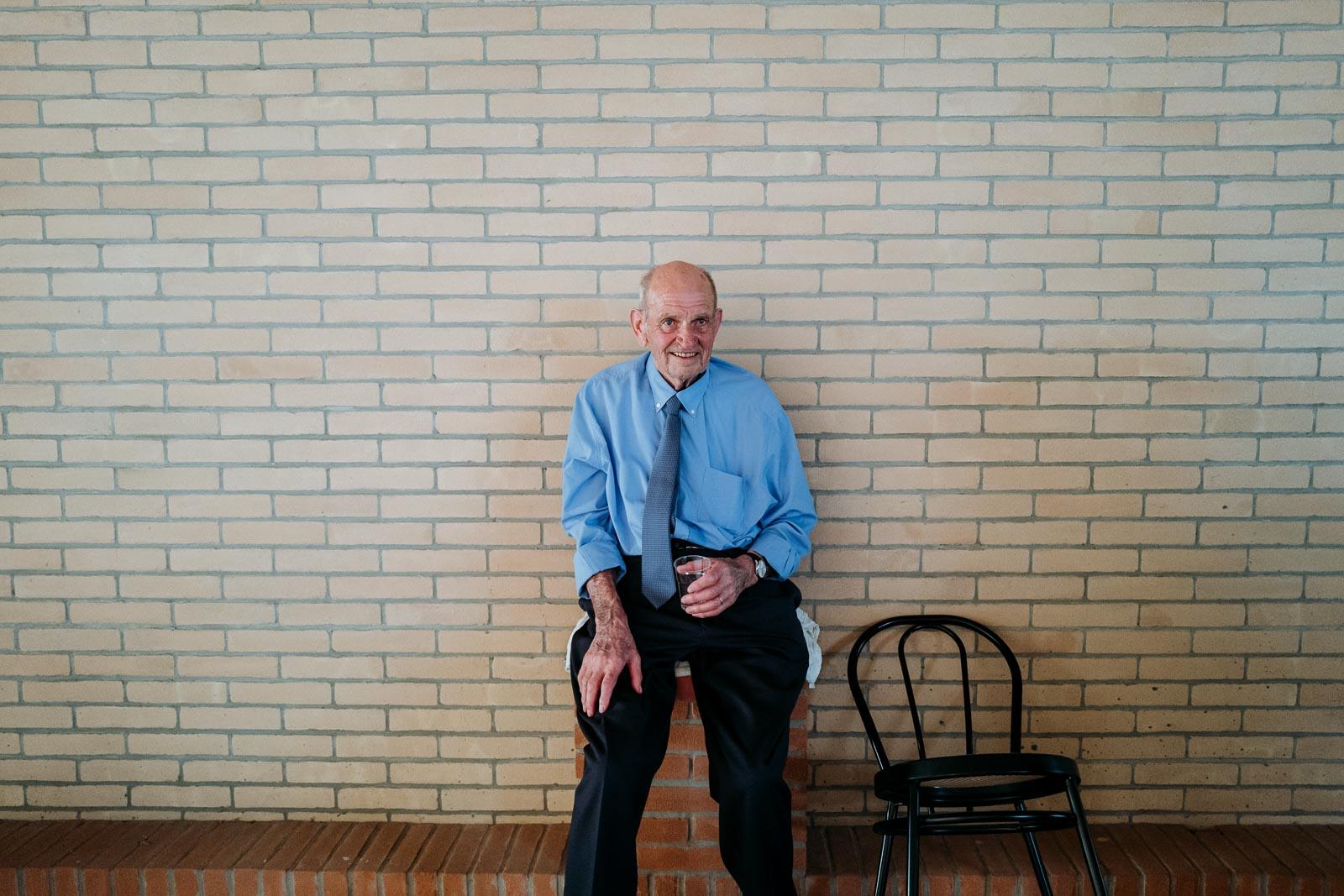 Anziano padre seduto. Max Allegritti, Fotografo Professionista di matrimonio a Milano e Monza chiara-e-macs-0018
