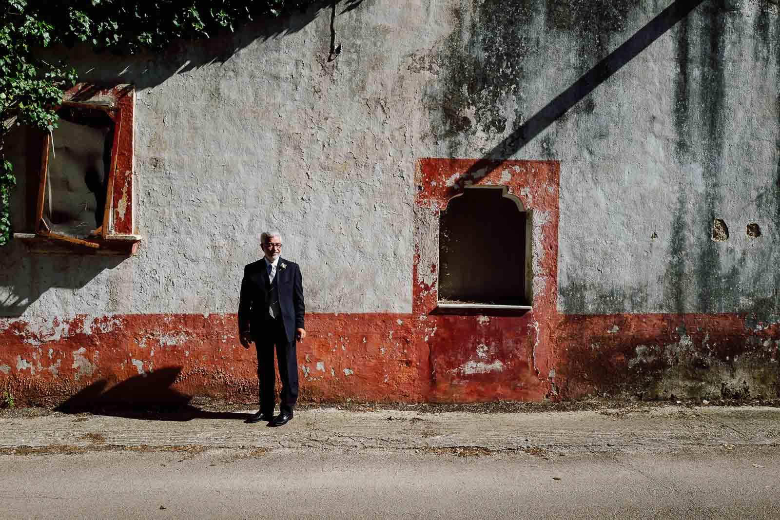 Il padre della sposa davanti casa. Max Allegritti, Fotografo Professionista di matrimonio a Milano e Monza chiara-e-macs-0021