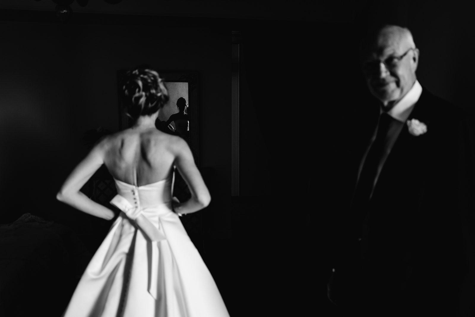 Il padre della sposa, la sposa di spalle. Max Allegritti, Fotografo Professionista di matrimonio a Milano e Monza