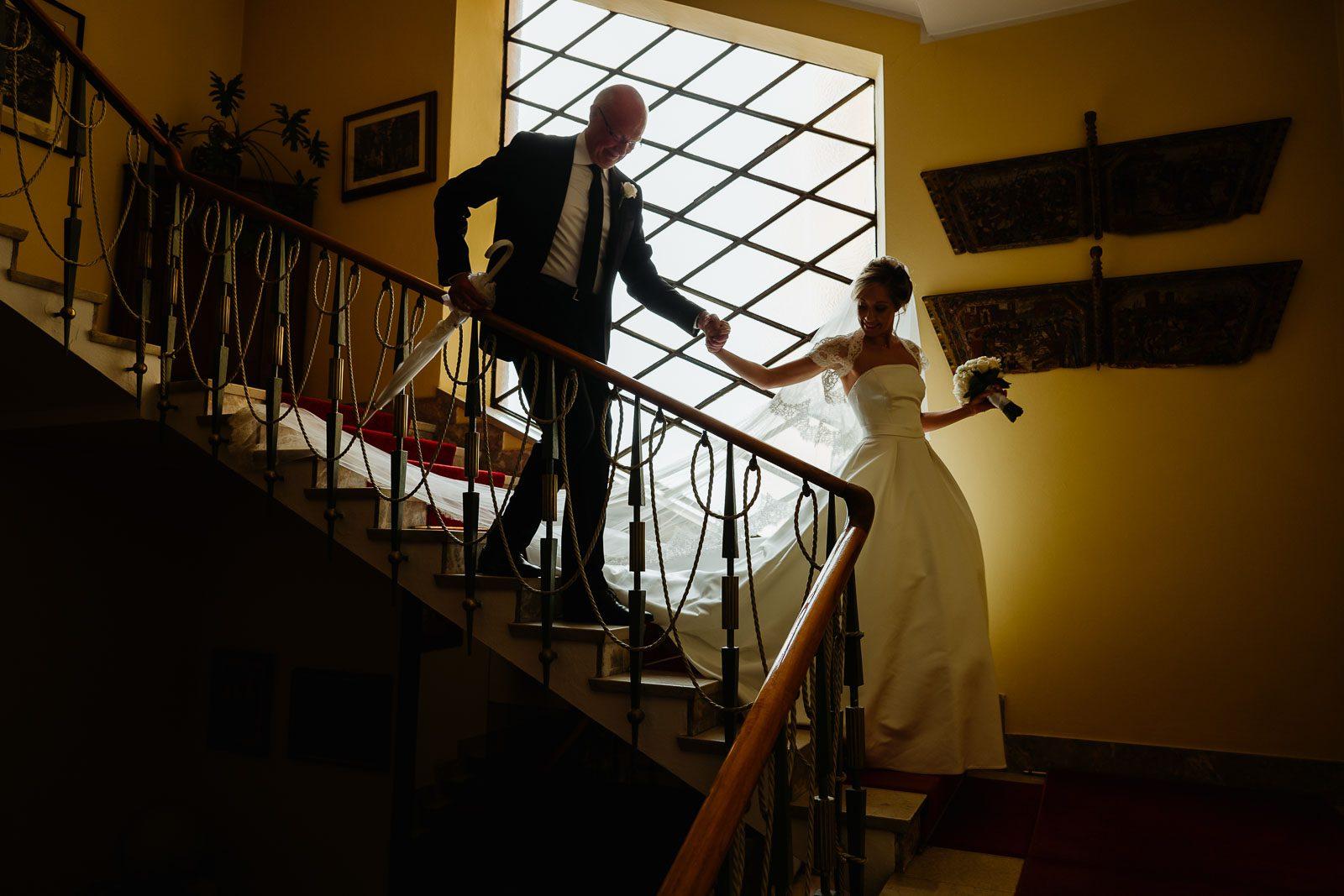 Gli sposi scendono le scale. Max Allegritti, Fotografo Professionista di matrimonio a Milano e Monza chiara-e-macs-0029 chiara-e-macs-0023