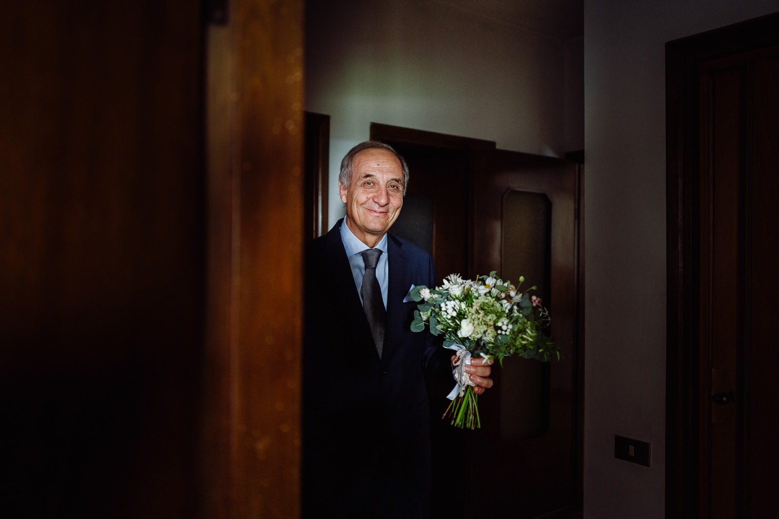 Padre della sposa con bouquet. Max Allegritti, Fotografo Professionista di matrimonio a Milano e Monza