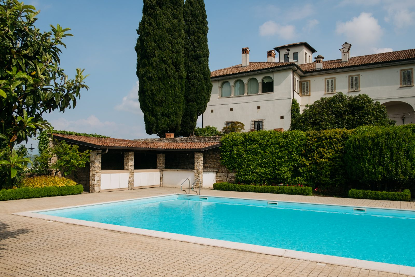 wedding photographer in bergamo. pool in castello degli angeli